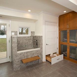 Idéer för ett mellanstort klassiskt l-format grovkök, med beige väggar, klinkergolv i porslin, skåp i shakerstil, skåp i mellenmörkt trä och bänkskiva i kvarts