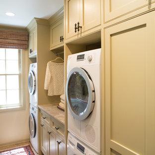 Inspiration för mellanstora klassiska parallella grovkök, med skåp i shakerstil, beige skåp, bänkskiva i kvartsit, beige väggar, travertin golv, en tvättpelare och en undermonterad diskho