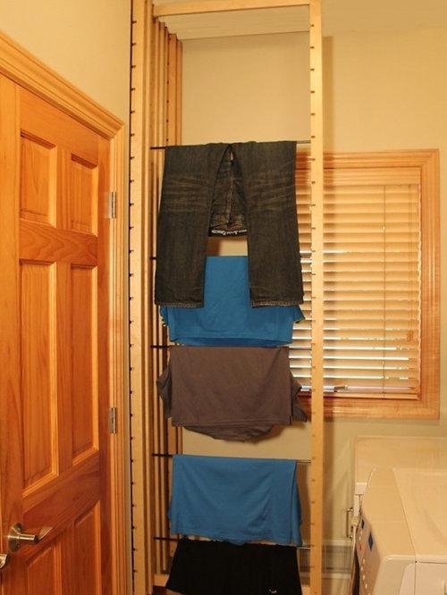 Buanderie classique avec des portes de placard en bois Porte de buanderie