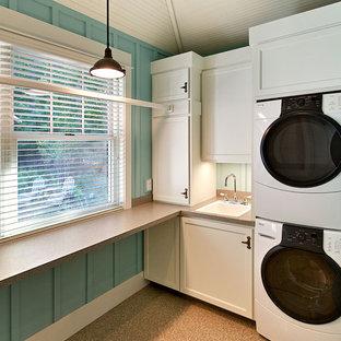 Ispirazione per una lavanderia stile marinaro con lavatrice e asciugatrice a colonna
