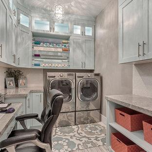 Esempio di una grande lavanderia multiuso tradizionale con top in granito, pareti grigie, pavimento in gres porcellanato, lavatrice e asciugatrice affiancate, pavimento bianco, ante blu e ante con riquadro incassato
