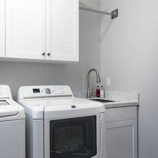 Ispirazione per una sala lavanderia tradizionale di medie dimensioni con lavello sottopiano, ante in stile shaker, ante bianche, top in marmo, pareti grigie, pavimento in gres porcellanato, lavatrice e asciugatrice affiancate e pavimento multicolore