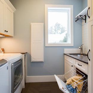 Idéer för att renovera en liten maritim parallell tvättstuga enbart för tvätt, med en undermonterad diskho, skåp i shakerstil, vita skåp, granitbänkskiva, blå väggar, klinkergolv i keramik, en tvättmaskin och torktumlare bredvid varandra och brunt golv