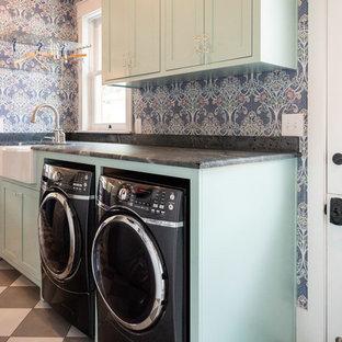 Ispirazione per una piccola sala lavanderia bohémian con lavello stile country, ante in stile shaker, ante turchesi, pareti multicolore, pavimento in gres porcellanato, lavatrice e asciugatrice affiancate, pavimento multicolore e top grigio