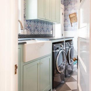 Пример оригинального дизайна: маленькая отдельная, параллельная прачечная в стиле фьюжн с раковиной в стиле кантри, фасадами в стиле шейкер, бирюзовыми фасадами, разноцветными стенами, полом из керамогранита, со стиральной и сушильной машиной рядом, разноцветным полом и серой столешницей