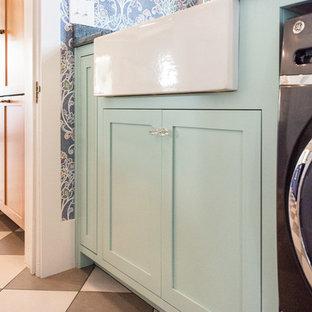 Foto di una piccola sala lavanderia bohémian con lavello stile country, ante in stile shaker, ante turchesi, pareti multicolore, pavimento in gres porcellanato, lavatrice e asciugatrice affiancate, pavimento multicolore e top grigio