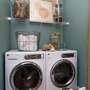 Esempio di una lavanderia bohémian con pareti blu, lavatrice e asciugatrice affiancate e pavimento grigio