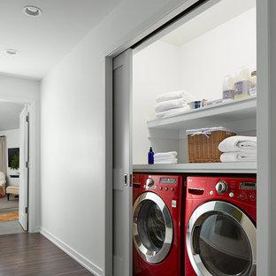 Foto di un piccolo ripostiglio-lavanderia tradizionale con nessun'anta, ante bianche, top in legno, pareti bianche, pavimento in legno massello medio e lavatrice e asciugatrice affiancate