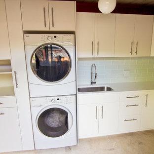 Источник вдохновения для домашнего уюта: маленькая угловая универсальная комната в стиле ретро с врезной раковиной, плоскими фасадами, белыми фасадами, столешницей из кварцевого агломерата, белыми стенами, полом из травертина и с сушильной машиной на стиральной машине