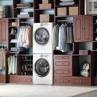 Foto di una lavanderia design con ante in legno bruno