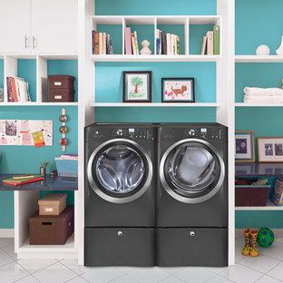 Exempel på ett mellanstort modernt linjärt grovkök, med öppna hyllor, vita skåp, bänkskiva i koppar, blå väggar, klinkergolv i porslin, en tvättmaskin och torktumlare bredvid varandra och vitt golv