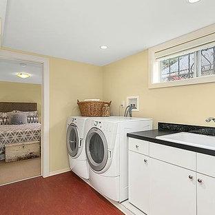 Foto di un ripostiglio-lavanderia american style di medie dimensioni con lavello da incasso, ante lisce, top in quarzo composito, pavimento in linoleum, lavatrice e asciugatrice affiancate, ante bianche e pareti beige