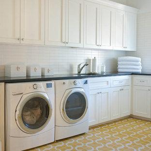 Idee per una lavanderia classica con pavimento giallo