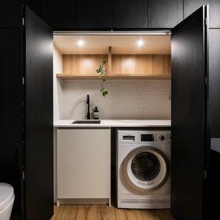 Idéer för att renovera ett stort funkis vit parallellt vitt grovkök med garderob, med klinkergolv i porslin, brunt golv, en nedsänkt diskho, öppna hyllor, skåp i ljust trä, laminatbänkskiva och vita väggar