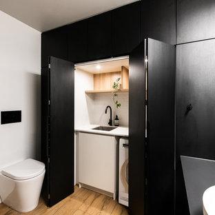 Inspiration för stora moderna parallella vitt grovkök med garderob, med klinkergolv i porslin, brunt golv, en nedsänkt diskho, öppna hyllor, skåp i ljust trä, laminatbänkskiva och vita väggar