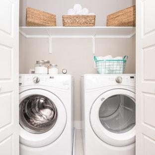 Idéer för små funkis linjära små tvättstugor, med beige väggar och en tvättmaskin och torktumlare bredvid varandra