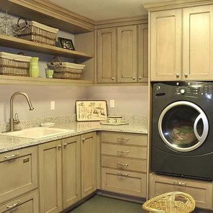 Idéer för ett klassiskt l-format grovkök, med en nedsänkt diskho, luckor med infälld panel, bänkskiva i återvunnet glas, klinkergolv i keramik och en tvättmaskin och torktumlare bredvid varandra