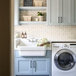 Idéer för en mellanstor klassisk vita linjär tvättstuga enbart för tvätt, med bänkskiva i kvarts, skiffergolv, en rustik diskho, skåp i shakerstil, grå skåp, en tvättmaskin och torktumlare bredvid varandra och grått golv