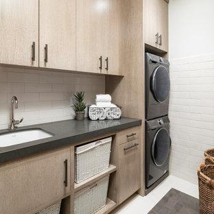 Idéer för stora lantliga parallella grått tvättstugor enbart för tvätt, med en undermonterad diskho, släta luckor, beige skåp, granitbänkskiva, vita väggar, skiffergolv, en tvättpelare och grått golv