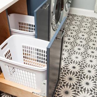 Inspiration för mellanstora moderna linjära vitt tvättstugor enbart för tvätt, med en undermonterad diskho, skåp i shakerstil, blå skåp, bänkskiva i kvarts, blå väggar, betonggolv, en tvättmaskin och torktumlare bredvid varandra och blått golv