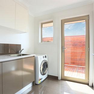 Esempio di una sala lavanderia minimalista di medie dimensioni con lavello da incasso, ante lisce, ante marroni, top in quarzo composito, pareti bianche, pavimento in gres porcellanato e lavatrice e asciugatrice affiancate