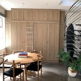 Idéer för att renovera en liten funkis linjär liten tvättstuga, med släta luckor, skåp i mellenmörkt trä, vita väggar, marmorgolv, en tvättpelare och grått golv
