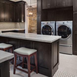 Idee per una grande sala lavanderia eclettica con lavello sottopiano, ante in stile shaker, top in marmo, pareti beige, pavimento in gres porcellanato, lavatrice e asciugatrice affiancate, pavimento nero e ante in legno bruno