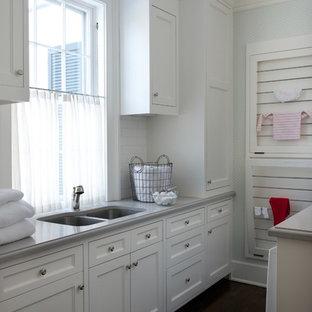 Idéer för att renovera en vintage tvättstuga, med en undermonterad diskho och vita skåp