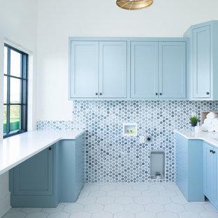 Foto di una sala lavanderia boho chic con lavello sottopiano, ante in stile shaker, ante blu, pareti bianche, pavimento con piastrelle in ceramica, pavimento bianco e top bianco