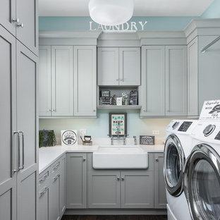 Esempio di una sala lavanderia chic con lavello stile country, ante in stile shaker, ante grigie, pareti blu, parquet scuro, lavatrice e asciugatrice affiancate, pavimento marrone e top bianco