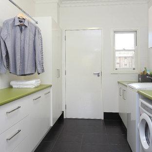 Foto di una sala lavanderia minimal di medie dimensioni con ante lisce, ante bianche, pareti bianche, lavello da incasso, pavimento con piastrelle in ceramica, top verde e top in laminato