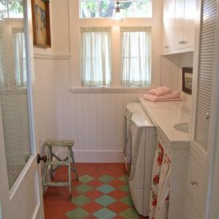 Exempel på en mellanstor shabby chic-inspirerad tvättstuga