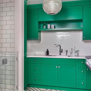 Idee per una lavanderia multiuso country con lavello sottopiano, ante con riquadro incassato, ante verdi e pareti bianche