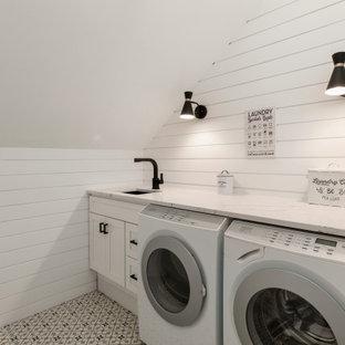 Ispirazione per una sala lavanderia country con lavello sottopiano, ante in stile shaker, ante bianche, pareti bianche, lavatrice e asciugatrice affiancate, pavimento multicolore e top multicolore