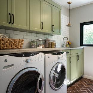 Ispirazione per una sala lavanderia country di medie dimensioni con lavello sottopiano, ante con riquadro incassato, ante verdi, top in cemento, pareti grigie, pavimento in terracotta e lavatrice e asciugatrice affiancate