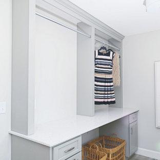 Klassisk inredning av en mellanstor tvättstuga enbart för tvätt, med en undermonterad diskho, grå väggar, klinkergolv i porslin och grått golv