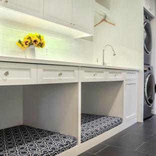 Inspiration för ett litet vintage vit parallellt vitt grovkök, med en undermonterad diskho, skåp i shakerstil, vita skåp, bänkskiva i kvarts, vitt stänkskydd, stänkskydd i tunnelbanekakel, vita väggar, klinkergolv i porslin, en tvättpelare och grått golv