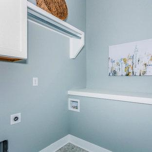 Ispirazione per una lavanderia multiuso chic di medie dimensioni con pareti grigie, pavimento in laminato, lavatrice e asciugatrice affiancate e pavimento multicolore