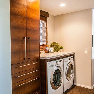 Idee per una piccola sala lavanderia design con ante lisce, ante in legno bruno, top in quarzo composito, pareti beige, lavatrice e asciugatrice affiancate e moquette