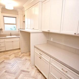 Idéer för att renovera en stor vintage parallell tvättstuga enbart för tvätt, med en nedsänkt diskho, skåp i shakerstil, vita skåp, kaklad bänkskiva, grå väggar, klinkergolv i porslin och en tvättmaskin och torktumlare bredvid varandra