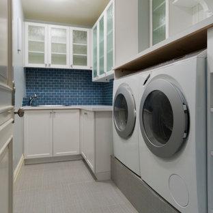 Inredning av en tvättstuga, med blått stänkskydd