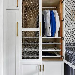 Foto di una sala lavanderia classica di medie dimensioni con lavello sottopiano, ante in stile shaker, ante bianche, top in quarzo composito, pareti blu, pavimento in gres porcellanato, lavatrice e asciugatrice affiancate, pavimento grigio e top grigio