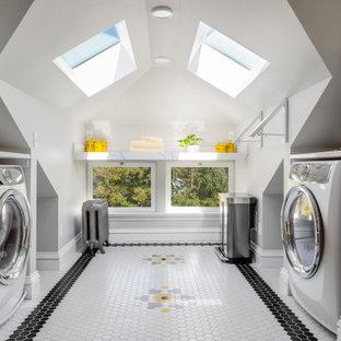 Inspiration för en mellanstor amerikansk vita u-formad vitt tvättstuga enbart för tvätt, med en rustik diskho, skåp i shakerstil, gula skåp, vitt stänkskydd, grå väggar, klinkergolv i porslin och bänkskiva i kvarts