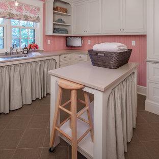 Inspiration för stora klassiska u-formade grovkök, med en undermonterad diskho, vita skåp, bänkskiva i koppar, rosa väggar, klinkergolv i keramik, en tvättmaskin och torktumlare bredvid varandra och luckor med infälld panel