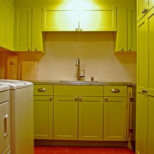 Inspiration för mellanstora eklektiska u-formade tvättstugor enbart för tvätt, med en undermonterad diskho, luckor med upphöjd panel, gröna skåp, bänkskiva i rostfritt stål, vita väggar, klinkergolv i terrakotta och en tvättmaskin och torktumlare bredvid varandra