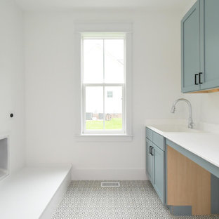Esempio di una grande sala lavanderia chic con lavatoio, ante in stile shaker, ante blu, top in marmo, paraspruzzi bianco, paraspruzzi in marmo, pareti bianche, pavimento con piastrelle in ceramica, lavatrice e asciugatrice affiancate, pavimento multicolore e top bianco
