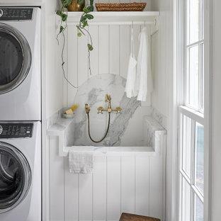 Foto på ett mellanstort lantligt vit parallellt grovkök, med en enkel diskho, skåp i shakerstil, vita skåp, vita väggar, klinkergolv i terrakotta, en tvättpelare och brunt golv