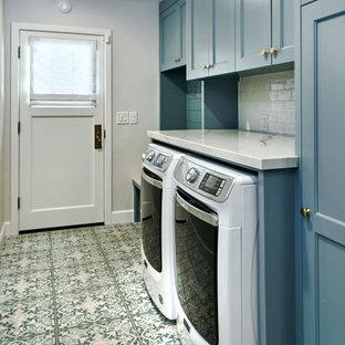 Источник вдохновения для домашнего уюта: прямая универсальная комната среднего размера в стиле неоклассика (современная классика) с фасадами с утопленной филенкой, синими фасадами, столешницей из кварцита, белым фартуком, фартуком из керамической плитки, серыми стенами, полом из керамогранита, со стиральной и сушильной машиной рядом, синим полом, белой столешницей и стенами из вагонки