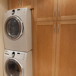 Exempel på en mellanstor klassisk linjär tvättstuga enbart för tvätt, med skåp i shakerstil, skåp i ljust trä och en tvättpelare