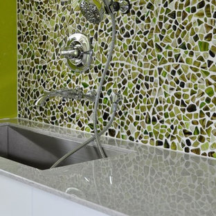 Immagine di una grande lavanderia multiuso design con lavatoio, ante lisce, ante bianche, top in pietra calcarea, pareti verdi, pavimento in vinile, lavatrice e asciugatrice affiancate, pavimento multicolore e top multicolore